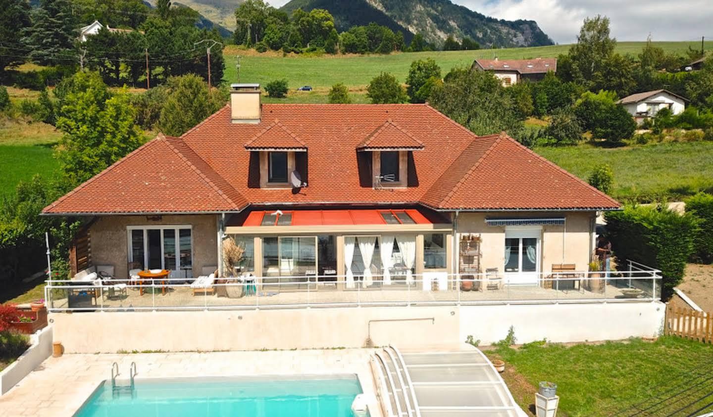Villa avec piscine et jardin Corps