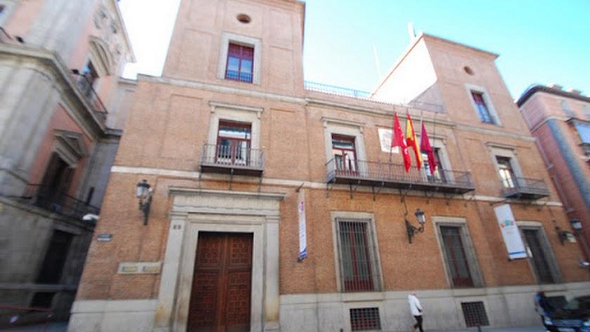 Fachada principal y acceso al Palacio de Cañete en la calle Mayor de Madrid