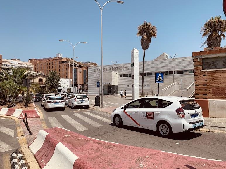 Parada de la Estación donde están todos los taxistas dentro del vehículo con el aire acondicionado puesto.