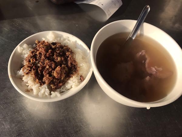 台南必吃牛肉湯,這次改吃文章~ 發現除了牛肉湯好吃,它的牛肉燥飯也很推