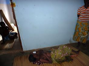 Photo: cette malade est perfusée, crise de palu oblige !