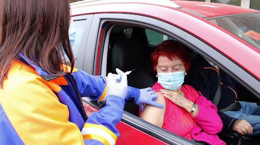 Una mujer se prepara para ser vacunada en Almería.