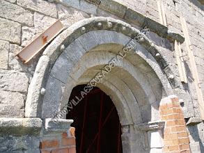 Photo: Detalle del prórtico lacerado y enladrillado.