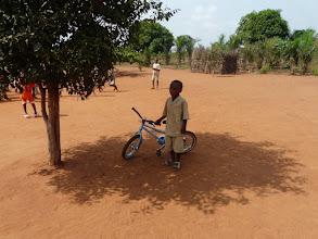Photo: Gildas est arrivé avant nous avec son 1er vélo, qu'il abrite bien du soleil !