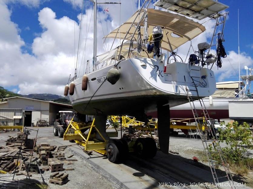 Y2K sul suo bel carrellone appena fuori dall'acqua - Raiatea