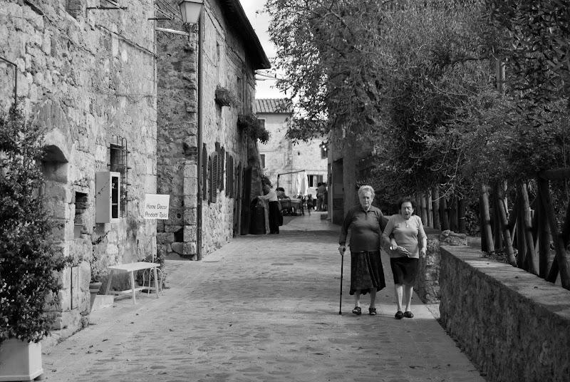 Scambiarsi frivolezze e ricordi passeggiando lungo la strada.. di rosy_greggio