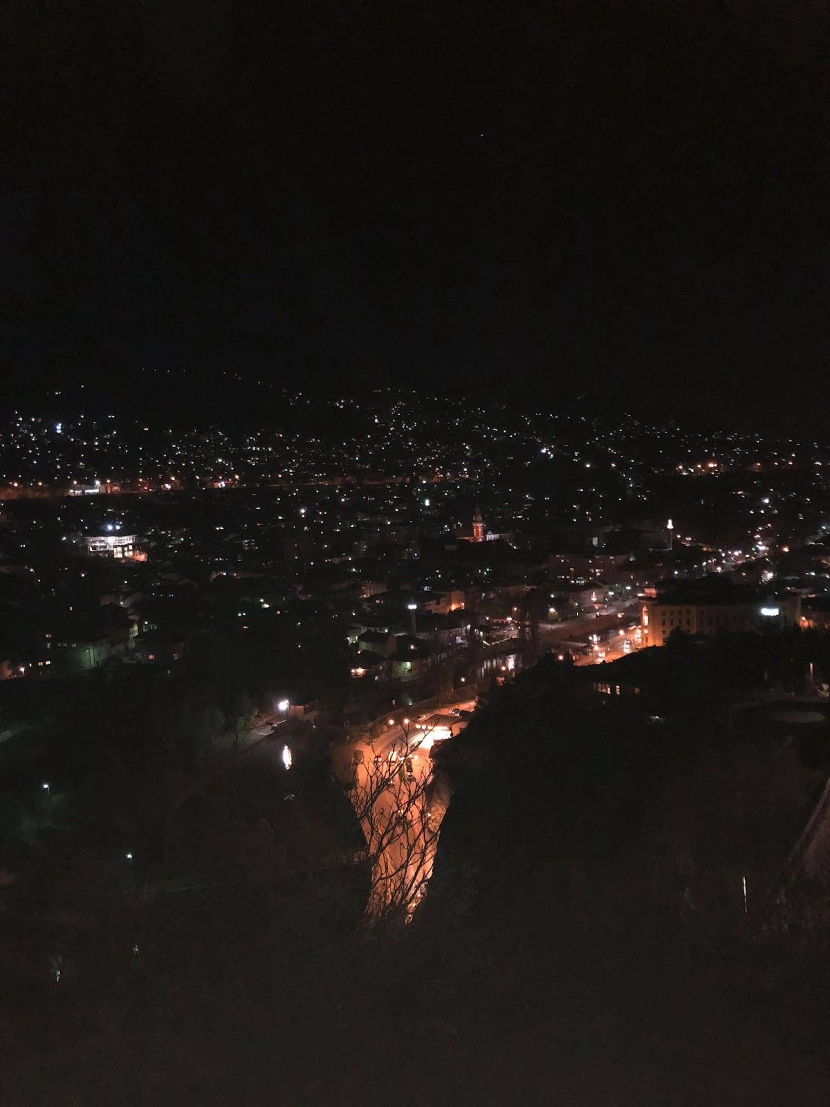 Nočný výhľad na Sarajevo