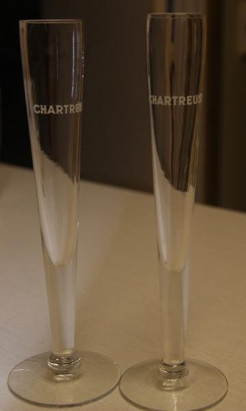 Photo: Flutes à champagne Chartreuse, les deux boissons se mêlant fort bien.  Il en fut servi des chaudrons entiers lors des Jeux Olympiques d'hiver de 1968 à Grenoble. (merci à Thierry)