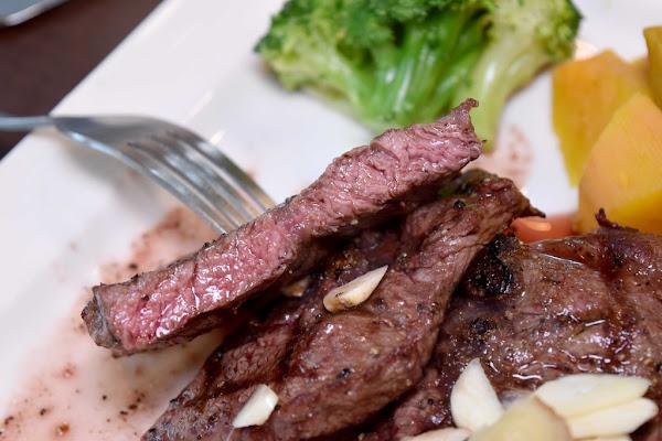 板橋 CP值最高的原塊炭烤牛排#鐵牛-原味碳烤牛排#半張千元鈔票品嚐軟嫩多汁15OZ板腱牛小排