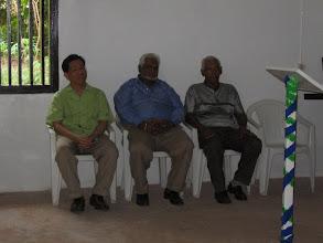 Photo: Hoog bezoek, een minister (groen overhemd)