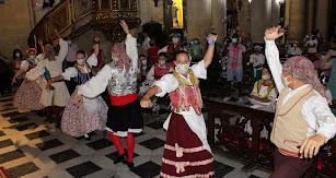 La Agrupación Folkórica Alcazaba bailando 'Si vas pa la mar' ante la Patrona.