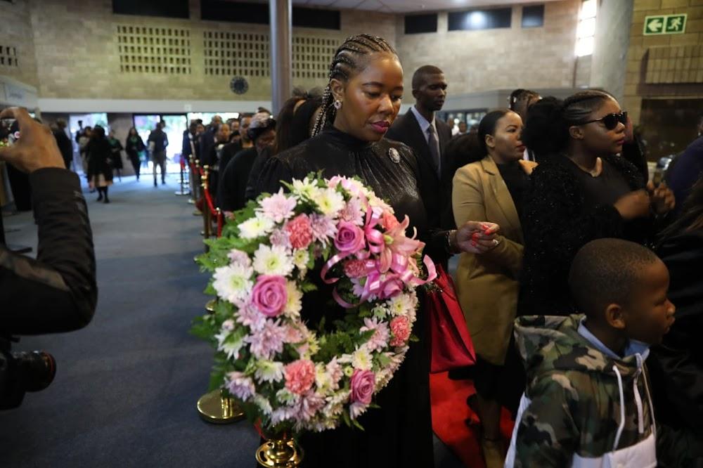 Honderde insluitend minister van polisie woon die Uyinene-begrafnis in Oos-Londen by - DispatchLIVE