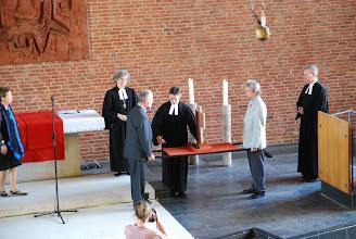 Photo: Das Altarkreuz tragen Herr Vorwald, Herr Brantl, Pastor Herbold und Pastor Meyer-Stiens