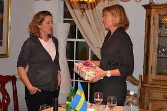 Photo: Anna får present efter 10 år som utmärkt ordförande