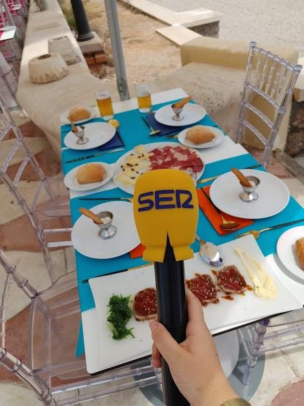 El restaurante Pa\' Levante ha tenido un detalle con todo el equipo de La SER en la playa