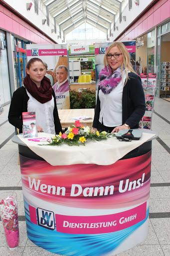 Die bezaubernden Hostessen Bianca Vanessa Hoffmann und Franzika Teubner von der WDU Dienstleistungen GmbH beraten dieser Tage zu Themen wie: Hausnotruf oder Krankentransportfahrten. (Zum Öffnen einer Bildergalerie auf das Foto klicken - alle Bilder ASC)