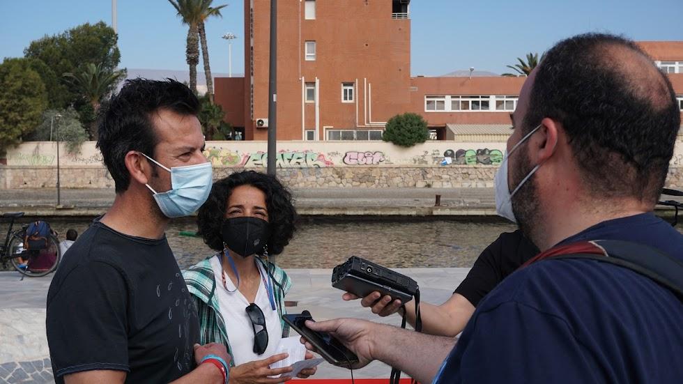 Ángel y Patricia atendiendo a los medios de comunicación
