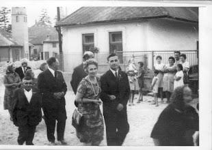 Photo: Esküvői (Beke Hermina és Domonkos Géza) menet vége, 1967: Alsó és Felső utca sarka Bödők Sándor háza, balra hátul tűzoltószertár, zárda a mozival Balról jobbra: Domonkos Gézáné Szabó Vilma, Domonkos Géza (örömanya és apa), Mészárosné Bödők Mariska, Nagy Elekné Hermina, Pálffy Béla, id. Bödők Géza, Nagy Elek, Beke Dezsőné Ilona, Beke Dezső (Karcag, Beke Károly örömapa öccse), Décsi Manci néni Kerítésnél: Némethné Érsek Mariska? , a kisbaba Németh Margitka?, Görözdy Ilonka (?), Bödők Edit és Sárika?, Bödők Józsiné Mariska, Bödők Laci, Bödők Laciné Juci, Fehérváry Etu?