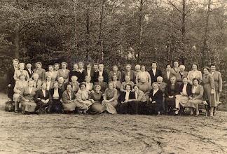 Photo: Uitwisseling met Winterswijk (1955) v.l.n.r. staande: Vr. Kluiving, H. van Bergen, presidente Winterswijk, vr. Braams, A. Udding, M. Hilbrands, J. Kleef, M. Hadderingh, R. ter Veer, W. Dontje, R. Braams, F. Bruins, G. Kamping, G. Dijkstra, D. Lanjouw, H. Enting, A. Kamping, A. Weijer, vr. Griever, J. Rozenveld, H. van Dam, W. Moek en H. Homan.  Zittende: vr. Udes, vr. Brinksma, S. Mulder, J. Essing, H. Wilbers, G. Warring, A. Enting, L. Kamping, J. Kamps, A. Kamps, M. Hadderingh, H. Lanjouw, M. Hofsteenge en Juf Sterenborg.  Vooraan: H. Schuiling, J. Hoving, A. Leever, R. Hofsteenge, H. Enting, A. Hoven, J. Kleef, J. Lanjouw, G. Brinks en A. Schuiling.