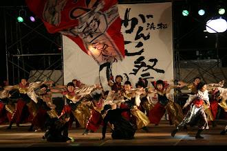 Photo: 2013年に行われた「第13回 浜松 がんこ祭」の写真です。がんこ祭は楽器の街浜松ならではの全国でも唯一「楽器を持って踊ること」のルールの元に、全国から約4500人の参加者と観客10万人が集まる毎年三月に行われるお祭りです。 ■日曜夜 ファイナル演舞 ヤマハ前会場  「浜松 がんこ祭 公式ホームページ」 http://www.ganko-matsuri.com/  2014年は3月15日(土)16日(日)と二日間開催されます。100を越えるチームが優勝を目指し、元気溢れる踊りを披露し、16日の浜松中心街において表彰される最優秀チームの栄誉を目指して競い合います。  ※ photo 「zeki」  http://zeki72.exblog.jp/ direct 「株式会社マツヤマデザイン」 http://www.md-f.jp/
