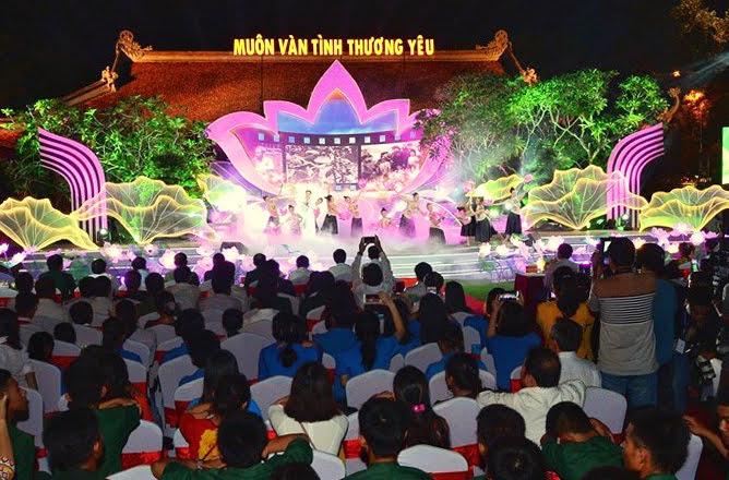 Tại điểm cầu Khu Di tích lịch sử quốc gia đặc biệt Kim Liên, huyện Nam Đàn, tỉnh Nghệ An thu hút đông đảo người xem