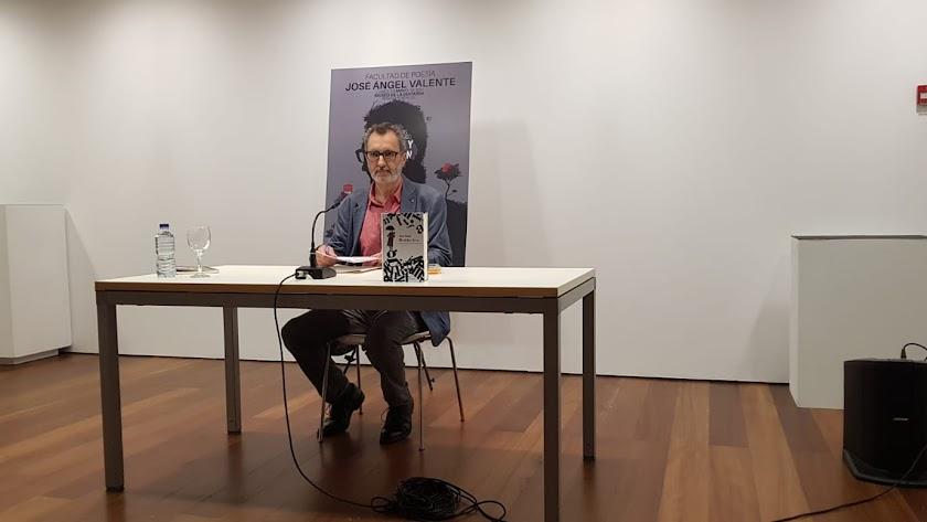 Momento del acto de la Facultad de Poesía José Angel Valente con Eloy Tizón.