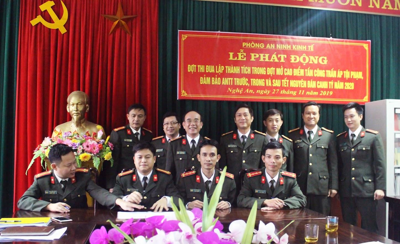 Đại diện các đội ký cam kết triển khai đợt phát động thi đua