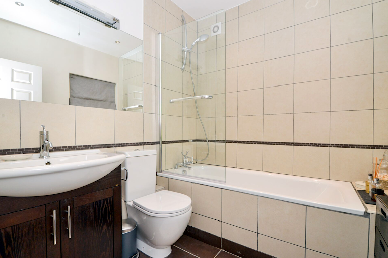 Family bathroom at Daventry Street
