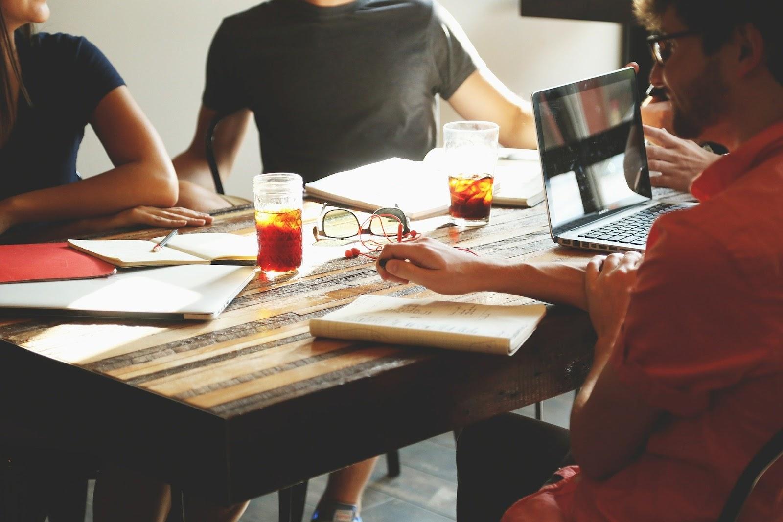 Integração entre equipes de desenvolvimento e infraestrutura é um dos princípios da cultura DevOps. (Fonte: Pixabay)