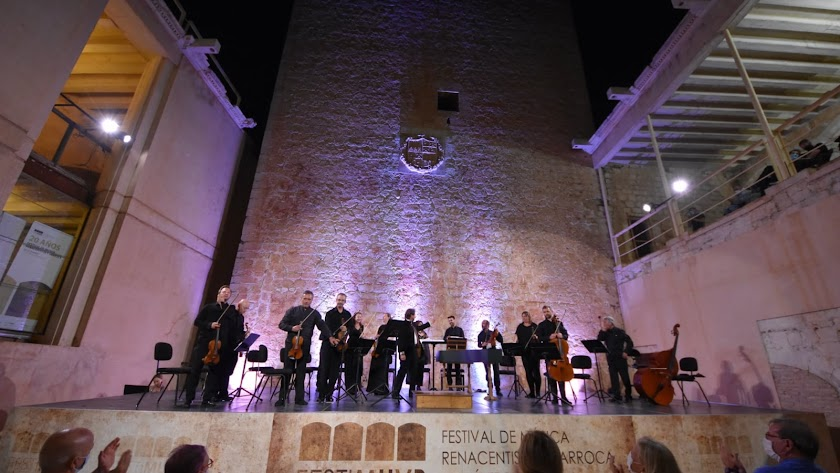 La orquesta, en pie tras terminar su concierto.