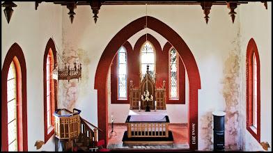 Photo: hübsche neogotische Dorfkirche nach Sanierung und neuer Ausmalung werden die alten Feuchtigkeitsschäden wieder sichtbar (Dorfkirche zu Goldenbaum in Mecklenburg Strelitz)