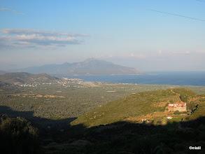 Photo: Vpravo klášter, veprostřed letiště a v pozadí Turecko