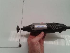 Photo: Voy a probar la Dremel, cortando el techo de aluminio, a ver qué tal se comporta.