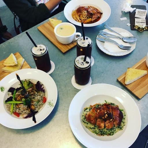 野菇燉飯蠻好吃的❤ 附餐麵包不會乾扁扁的,絕配巧達濃湯~~ 服務態度親切,很好拍照的餐廳🍴