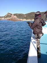 """Photo: 「おっしゃー!きたぞー!」 初乗船です。 広島からお越しの""""ワカバヤシさん""""フィーッシュ!"""