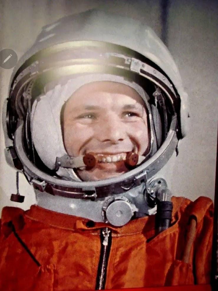Мы решили выбрать за образ нашей команды Юрия Гагарина. Такой выбор соответствует нашему девизу «Вперёд через неопределённость в будущее, освещая путь», потому что первый полёт человека в космос стал тем самым знаковым шагом в неизвестное, который изменил будущее целого человечества. И по сей день улыбка Юрия Гагарина освещает сердца смелых, светлых и добрых людей! Мы хотим всей нашей командой нести этот свет и дальше к нашим потомкам.