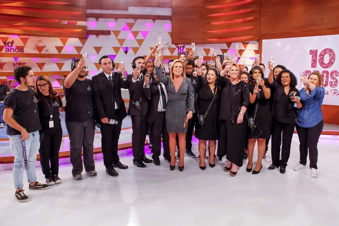 Christina Rocha e sua equipe brindam o sucesso do programa