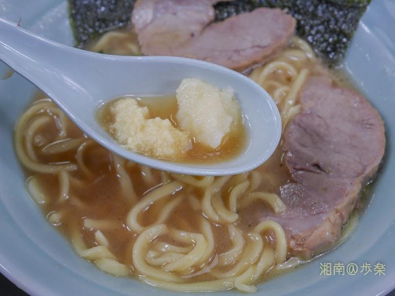 真鍋家 おろし生姜と大蒜をふんだんにトッピングしてジャンクな風合いを加味