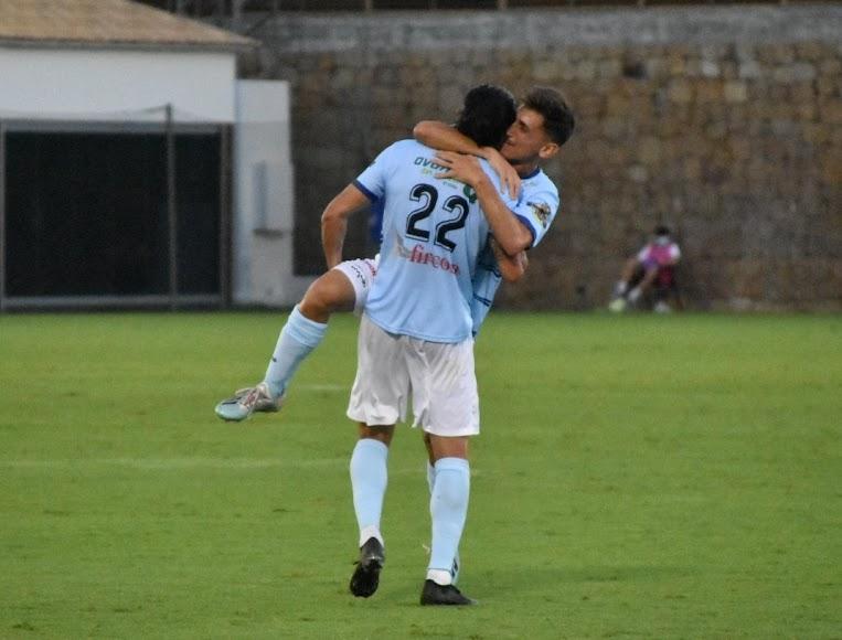 Los jugadores se abrazan.