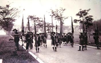 Photo: Lính của vua mang cờ