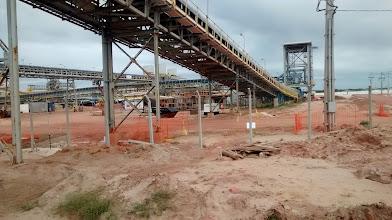 Photo: Detalhes da montagem da esteira de minério de ferro no Porto do Açu