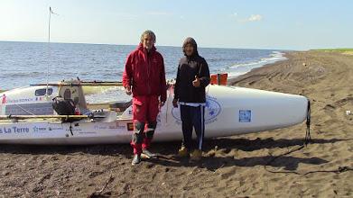 Photo: Charles Hedrich, Dany, le rameur des glaces sur la plage de Kivalina