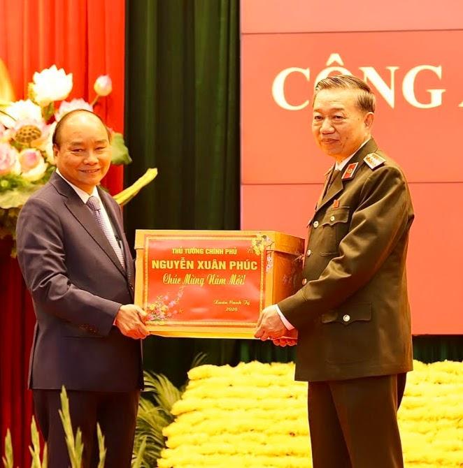 Thủ tướng Nguyễn Xuân Phúc tặng quà  lực lượng CAND nhân dịp năm mới 2020