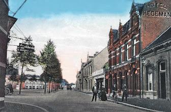 Photo: 1910 - Heuvel gezien vanaf de Heuvelstraat richting St. Josephstraat. Rechts het woonhuis van de familie Van den Broek en daarnaast hotel de Gouden Zwaan van de familie Hegeman.
