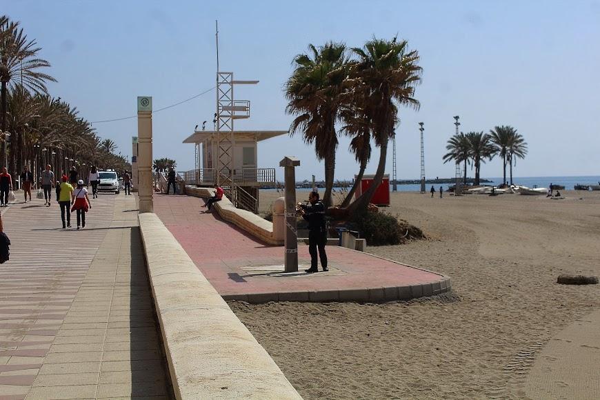 La Policía Local precintando las duchas del Paseo Marítimo con la entrada en vigor del estado de alarma.