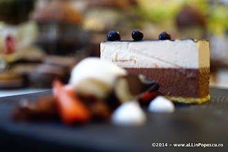 Photo: Duet Mousee de Ciocolata Alba si Neagra cu Inghetata de Vanilie si Crumbles