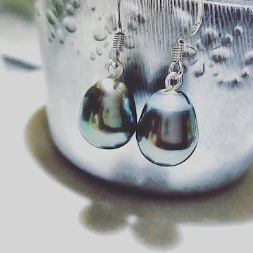 """[工作無間斷: 圖片為客人訂造的Tahiti Black Baroque Pearls 耳環]  謝謝每位在JCCAC支持我們的客人,也感謝你們的創作意見♡ 好讓我們的珍珠手工珠寶變得大眾化。 我們努力在把價格維持在一個""""能讓我們手作人有粥水食""""的水平,平日生活簡樸,慳盡一分一毫去買靚材料,條巨大卡數可以係100%係材料加市集租金,絕無碌卡食好野,買名牌,純粹為咗自己既作品去到'state of the art'既境界。 在市集也特意設計推廣優惠折扣,只要買夠金額,即使不給我們一個like,一個heart,我地都樂意提供折扣。 所以希望客人不要再要求""""平啲啦,減啲啦"""",賣出每一件的貨品都是我們的心血,有時我地心入面係連個客出得起original price都唔捨得賣架。而且為了價格相宜一點,連手工錢都冇特別計落去,加上大多數手作人都樂意為客人修理作品,所以每件手作品都是超值哦!希望大家以後在市集能給手作檔主一點尊重 ,價格不合適的話,有禮貌地行開就足夠了,不要殺價了,萬分感謝。 [其實呢啲事好少發生,但發生一次,都會令檔主唔開心到訓唔著,周圍煩其他檔主舒發吓情緒,所以都要跟大家分享一下"""