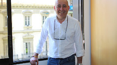 Domingo Fernández posa en la sede del PP almeriense.