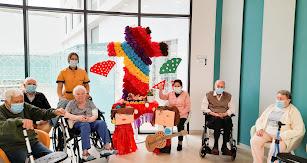 Algunas de las personas mayores del centro celebrando las Cruces de Mayo.