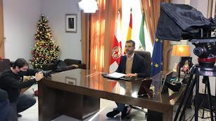 El alcalde de Almería, durante la grabación de su mensaje navideño.